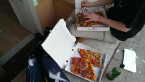 Freunde bei der Umzugspizza