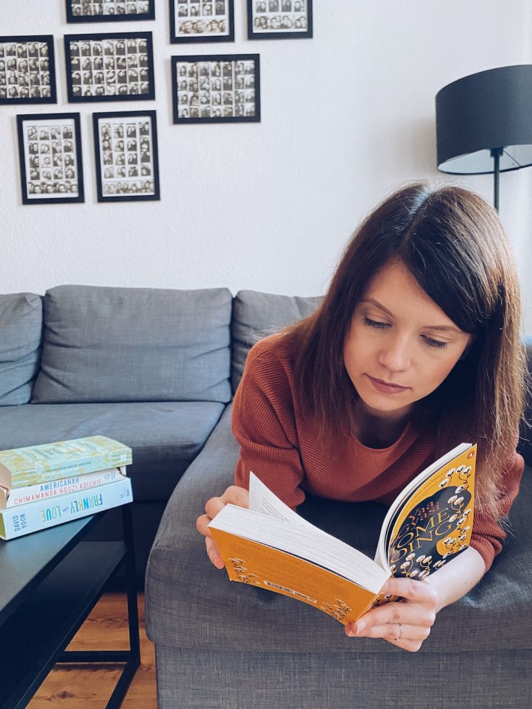 Bücher Rassismus Frau lesend