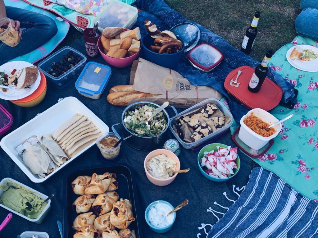 Symbolbild Freundschaft Picknick im Park